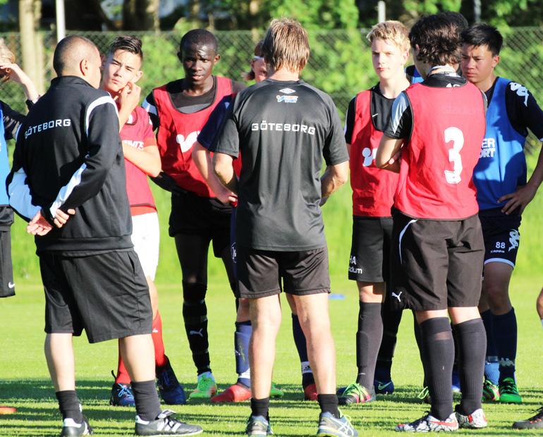 Igår träffades även Göteborgs distriktslag pojkar födda 2002 på Apelsinplan  där träning väntade. Till skillnad mot flickorna så var dom 16 spelarna som  ... 0d00f870f48b6